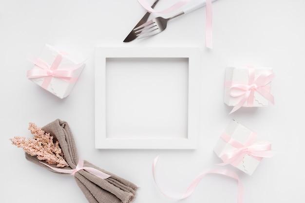 Beau cadre de table vue de dessus pour la saint-valentin sur blanc