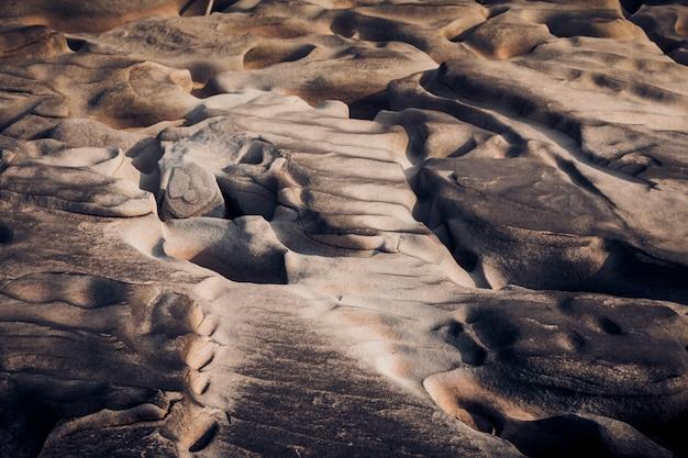 Beau canyon rocheux au bord du fleuve maekhong