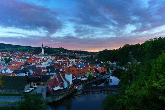 Beau cesky krumlov historique , désigné site du patrimoine mondial de l'unesco , au coucher du soleil , république tchèque