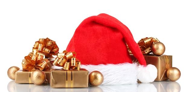 Beau chapeau de noël, cadeaux et boules de noël isolés sur blanc