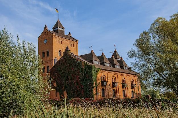 Beau château ancien au milieu de la verdure en ukraine