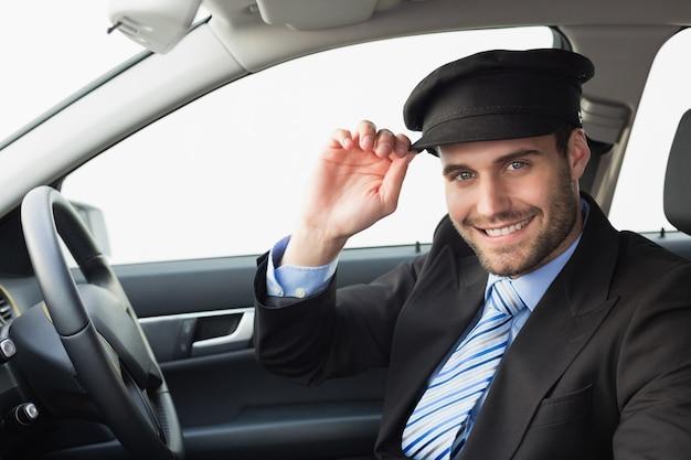 Beau chauffeur souriant à la caméra