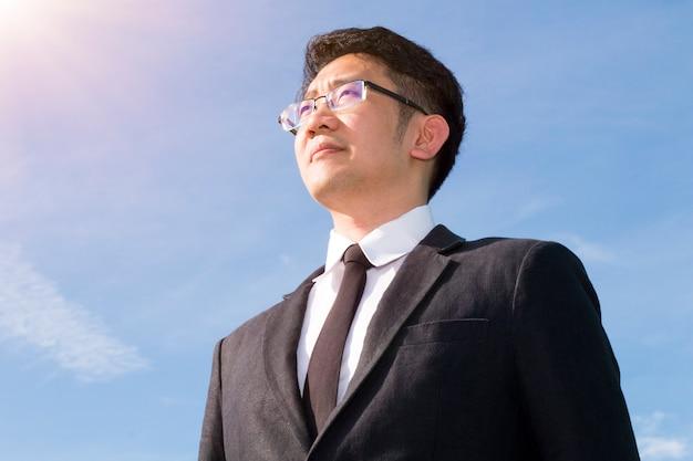 Beau chef d'homme d'affaires soulignant et réfléchissant sur le travail avec succès