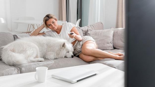 Beau chien et femmes dans la maison