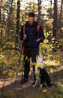 Beau chien noir et blanc et carte dans la forêt