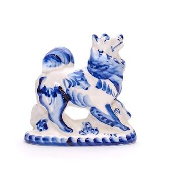 Beau chien en porcelaine de style gjel bleu et blanc sur fond blanc isolé