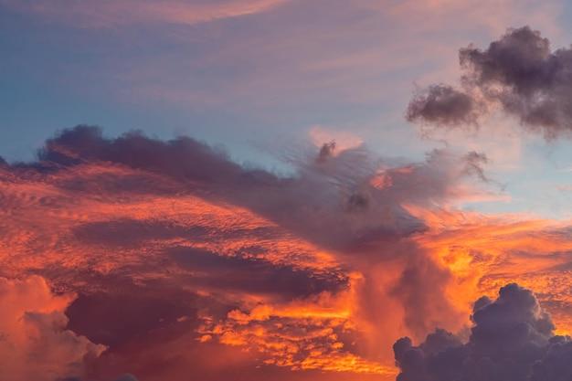 Beau ciel au fond du coucher du soleil