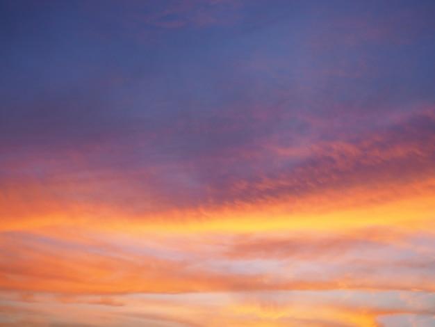 Beau ciel au fond du coucher de soleil