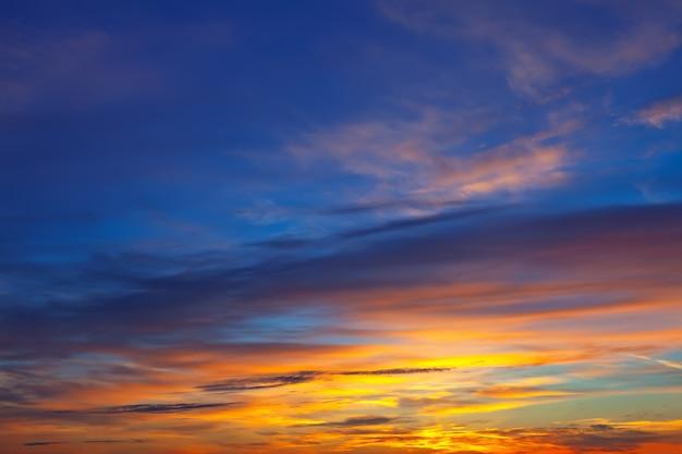Beau ciel au lever du soleil