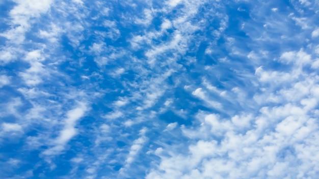 Beau ciel bleu au bout de la ligne