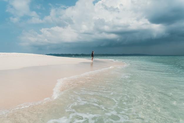Beau ciel bleu clair et mer avec longue plage aux beaux jours. le touriste regarde la mer. eau claire et propre. iles andaman et nicobar inde