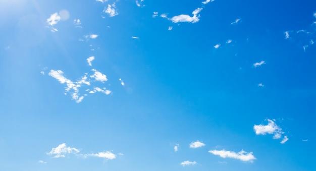Beau ciel bleu avec fond de nuages incroyables.