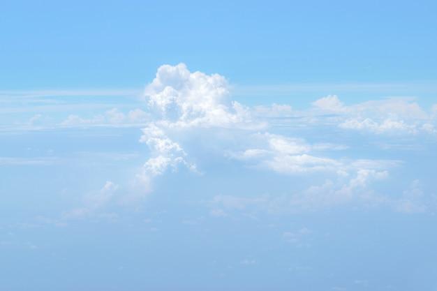 Beau ciel bleu et horizon avec des nuages blancs.