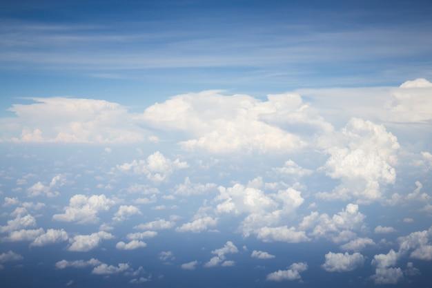 Beau ciel bleu avec nuage blanc