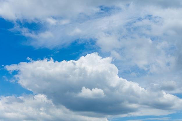 Beau ciel bleu et nuage. mise au point douce.