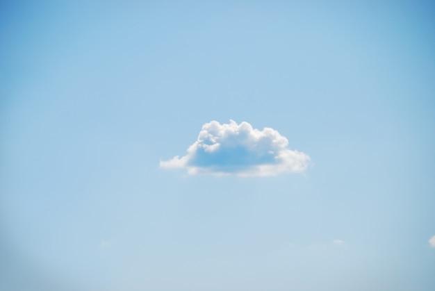 Beau ciel bleu et un nuage