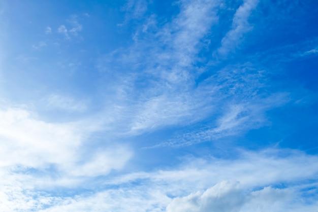 Beau ciel bleu avec petits nuages blancs