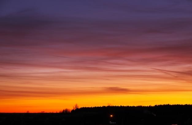 Beau ciel coloré au coucher ou au lever du soleil.