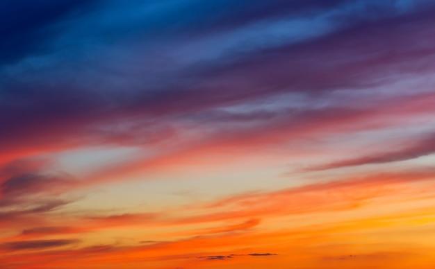 Beau ciel coloré. ciel coucher de soleil orange ardent.