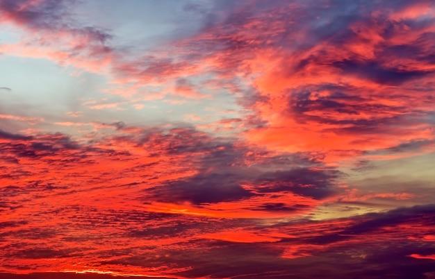 Beau ciel coloré. fond de ciel. fond de ciel avec des couleurs rouges