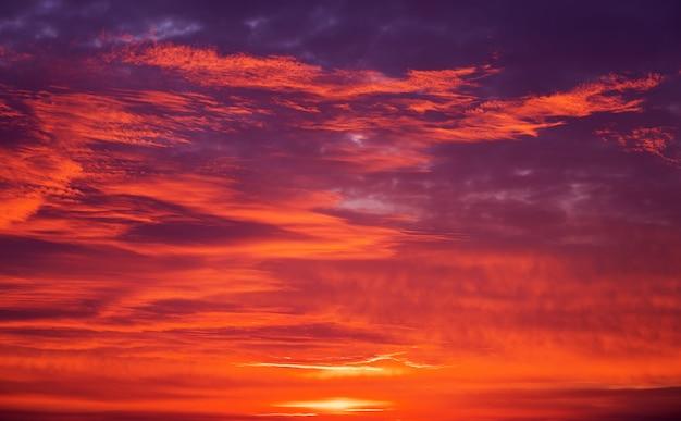 Beau ciel coloré pendant le coucher du soleil ou le lever du soleil en arrière-plan. couleurs de la nature.