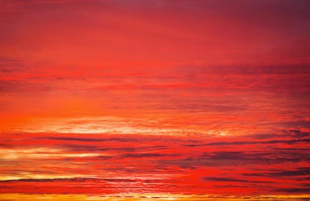 Beau ciel coucher de soleil apocalyptique orange et rouge ardent.