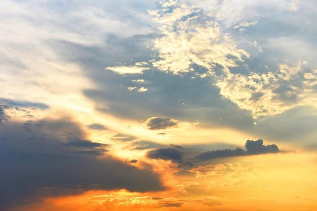Beau ciel coucher de soleil au-dessus des nuages avec une lumière spectaculaire - ciel avec nuage avant le coucher du soleil