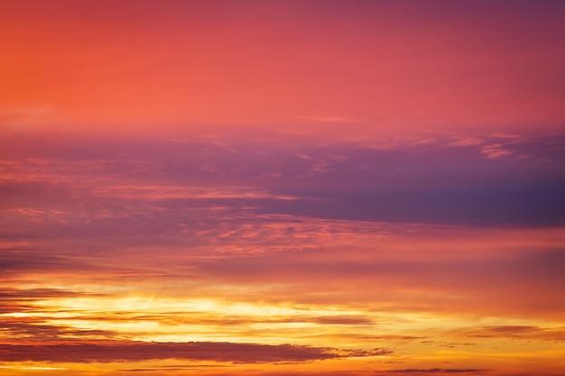 Beau ciel coucher de soleil coloré ardent.