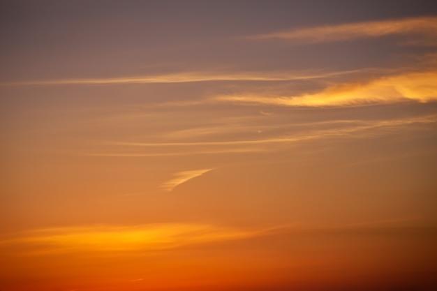 Beau ciel coucher de soleil coloré. ciel comme arrière-plan.