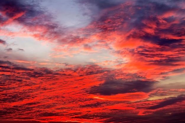 Beau ciel coucher de soleil coloré. fond de ciel avec des couleurs rouges
