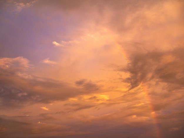 Beau ciel de coucher de soleil doux et chaud