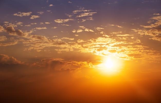 Beau ciel coucher de soleil. fond de ciel.