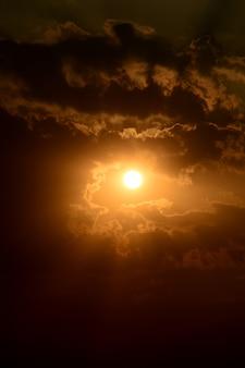 Beau ciel coucher de soleil avec des nuages. ciel abstrait.