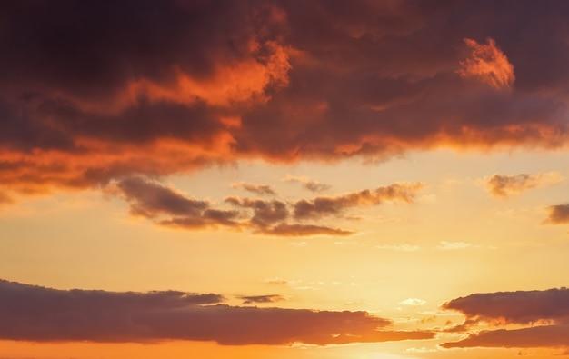 Beau ciel coucher de soleil orange ardent.