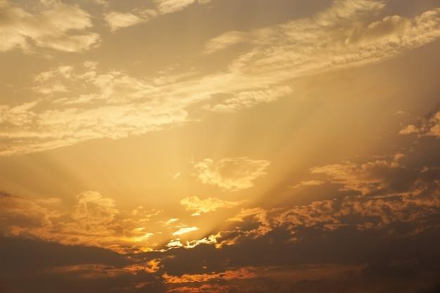 Beau ciel coucher de soleil avec des rayons de soleil.