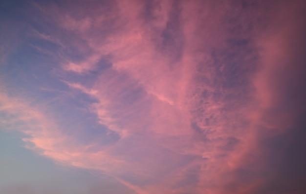 Beau ciel de coucher de soleil tropical rose et bleu, bangkok, thaïlande