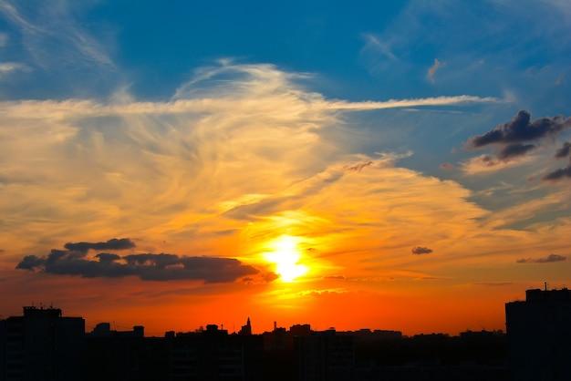 Beau ciel coucher de soleil sur la ville