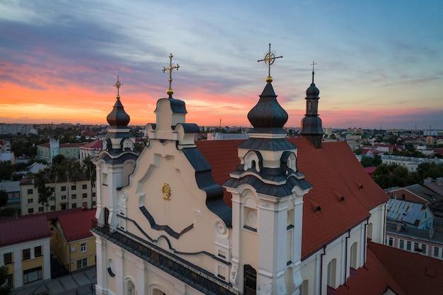 Beau ciel du soir sur la ville de pinsk (biélorussie)
