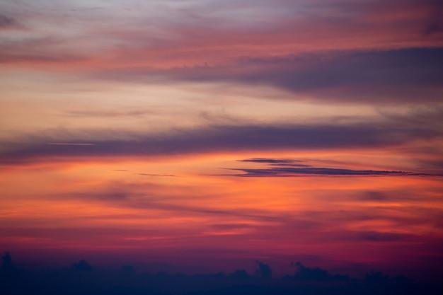 Beau ciel avec fond de nuages, ciel avec nuages météo nature nuage bleu, ciel bleu avec nuages et soleil.