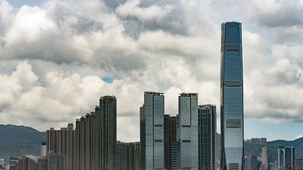 Beau ciel et gratte-ciel de hong kong.