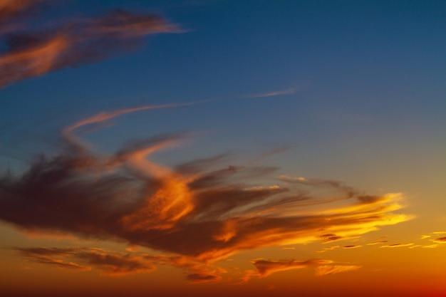 Beau ciel lumineux avec des nuages au coucher du soleil