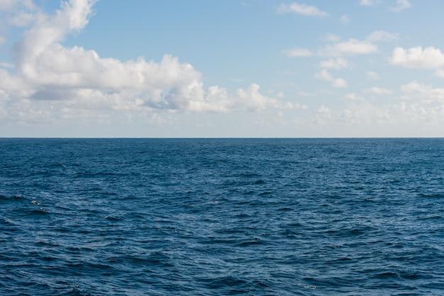 Beau ciel marin avec des nuages