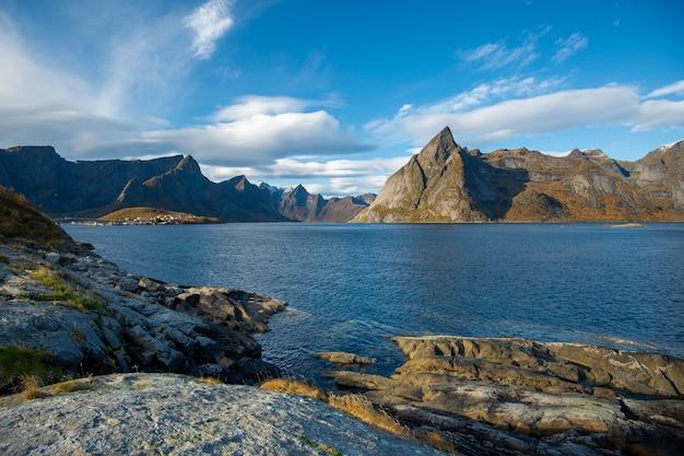 Beau ciel et montagne dans le village de hamnoy à lofoten, norvège