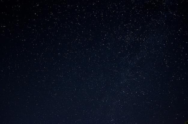 Beau ciel nocturne étoilé. une partie de la voie lactée dans le ciel.