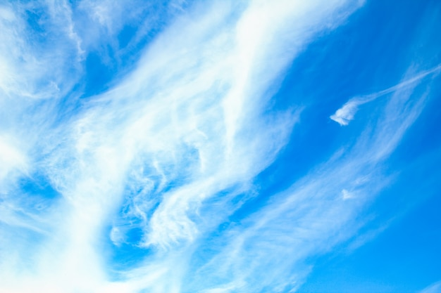 Un beau ciel de nuages dans l'air sur la nature