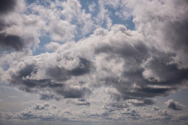 Beau ciel avec des nuages gris