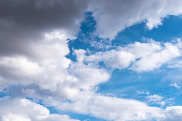 Beau ciel avec des nuages volumétriques et les rayons du soleil. pour n'importe quel but