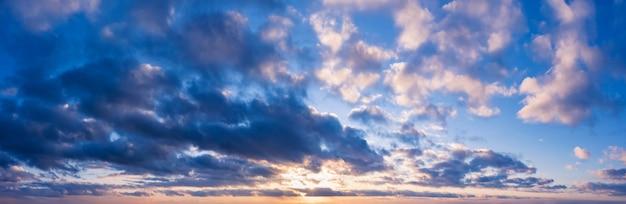Beau ciel nuageux avec le soleil couchant. panorama du ciel pour le fond.