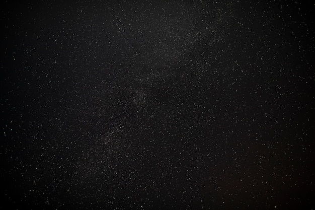 Beau ciel de nuit noir avec toile d'étoiles