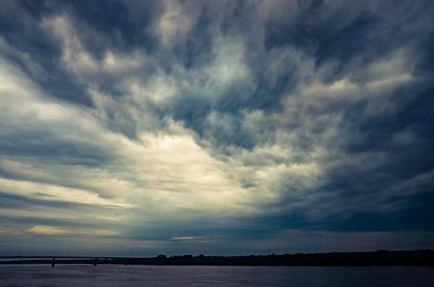 Beau ciel orageux dramatique au-dessus du lac. grande pluie grise et nuage hétéroclite au-dessus de l'horizon
